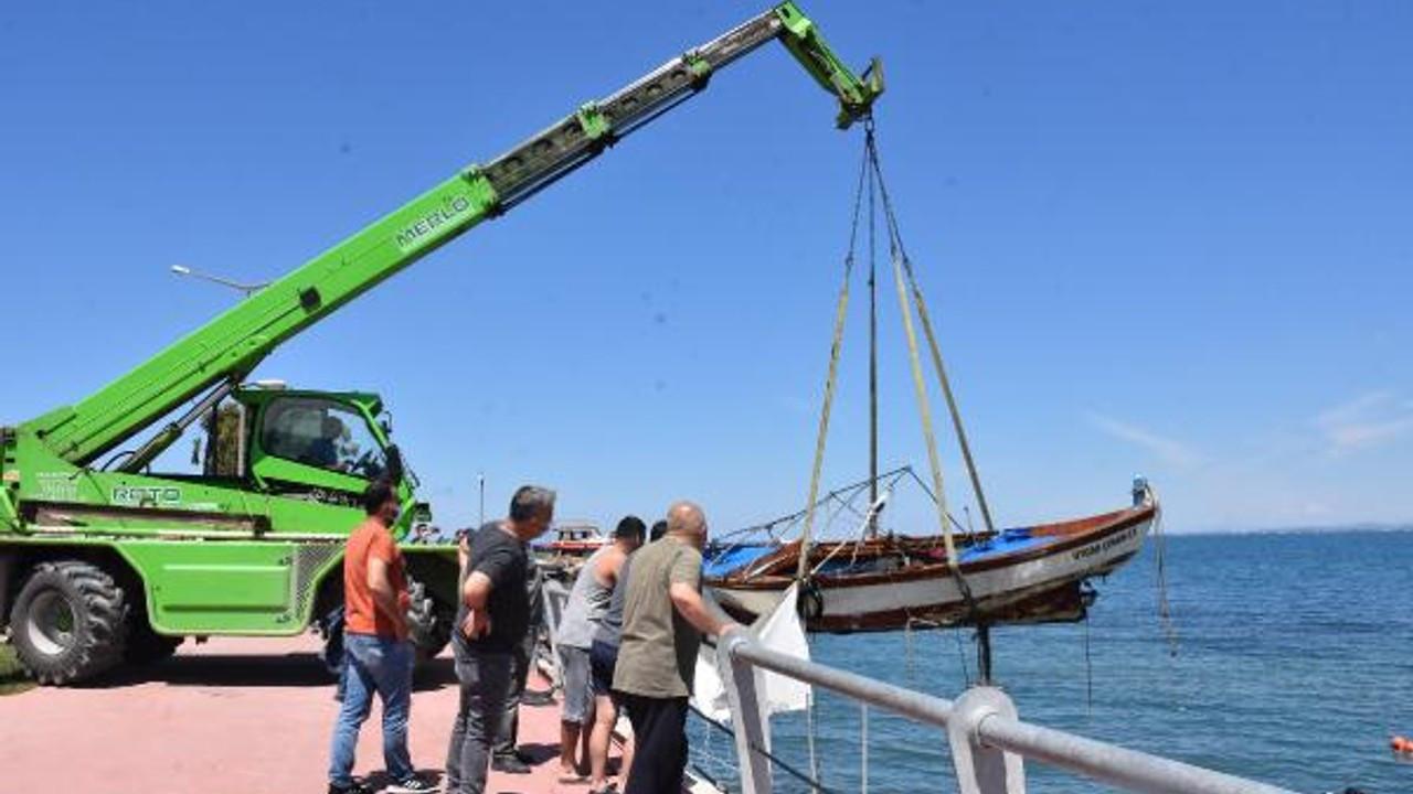 Dikili'de batan ağır hasarlı tekneler çıkarılıyor