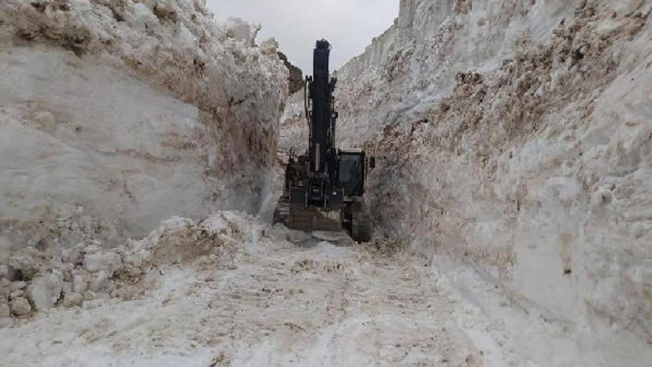 Hakkari'de askeri üs bölgesinde 8 metre karla mücadele