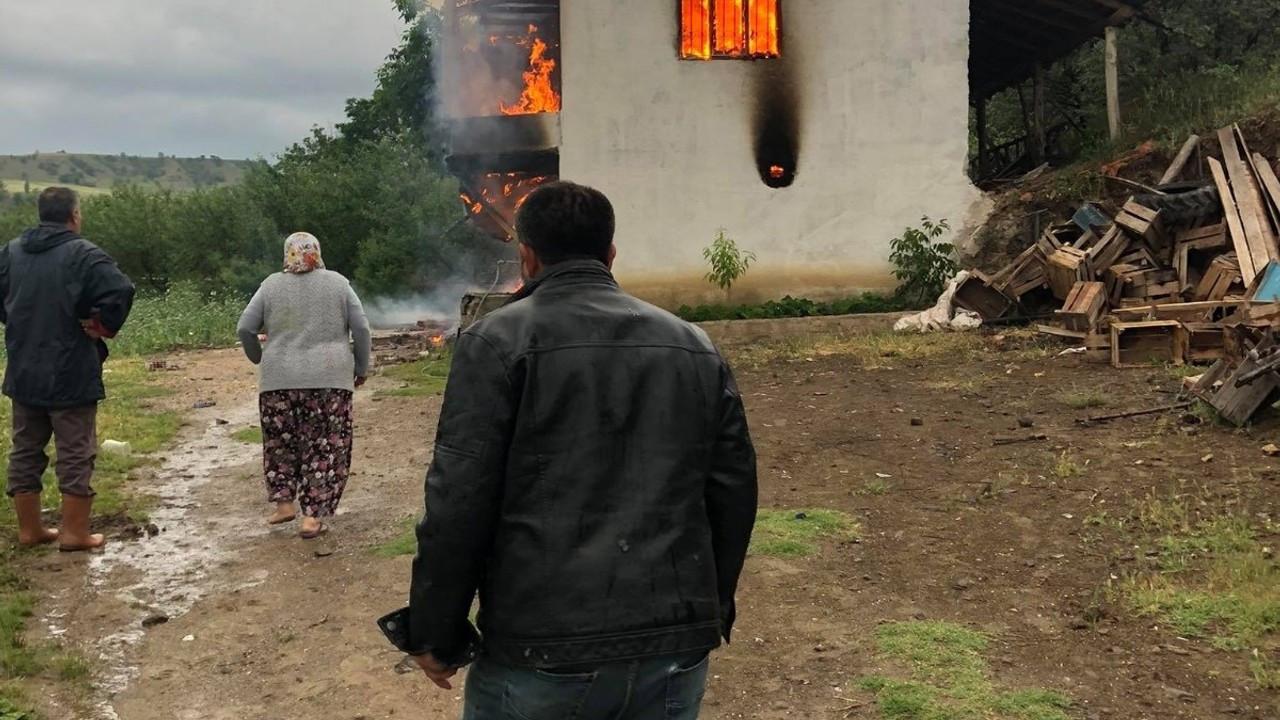 Amasya'da yıldırım düşen ev yandı