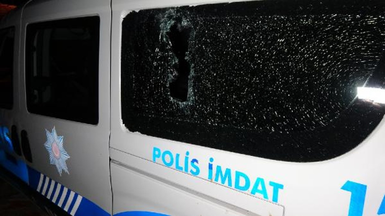Polise kiremitlerle saldırdılar