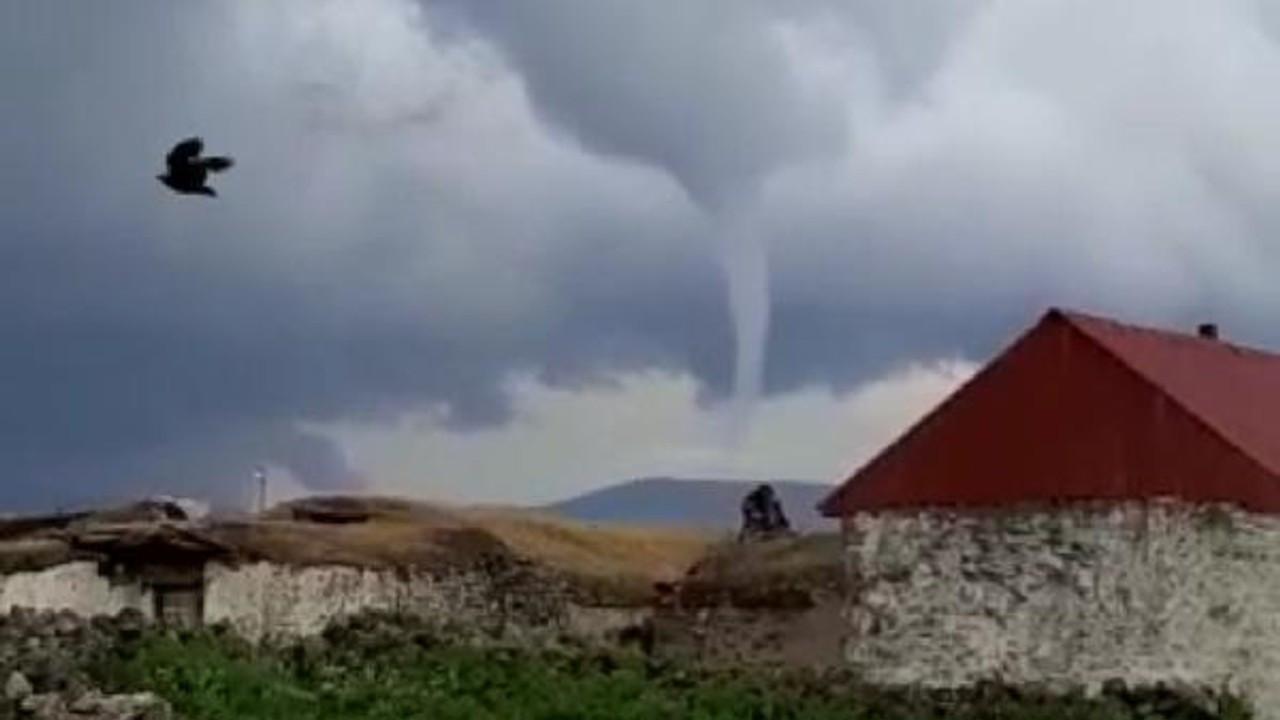 Ardahan'da çatıları uçuran hortum kamerada