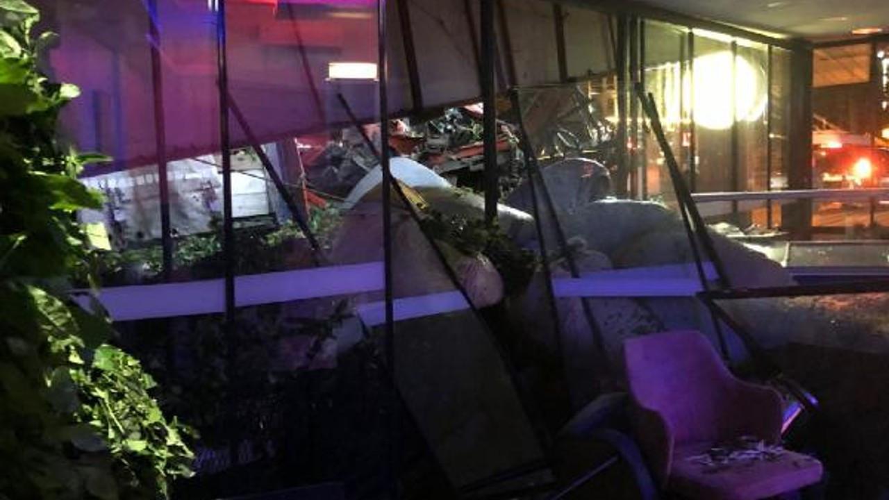 TIR'ın çarptığı park halindeki kamyonun pastaneye daldığı kaza kamerada
