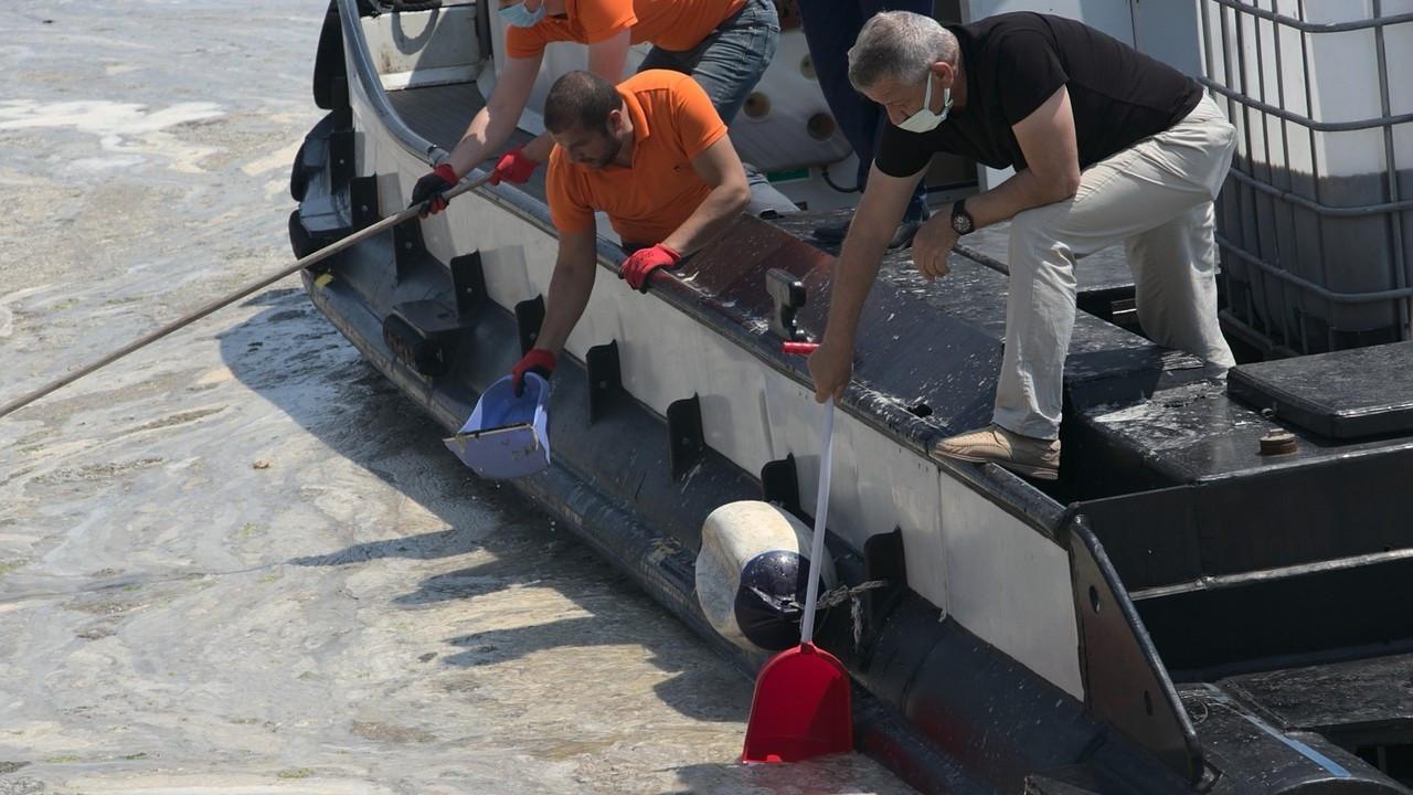 Vatandaşlar deniz salyasını küreklerle topladı
