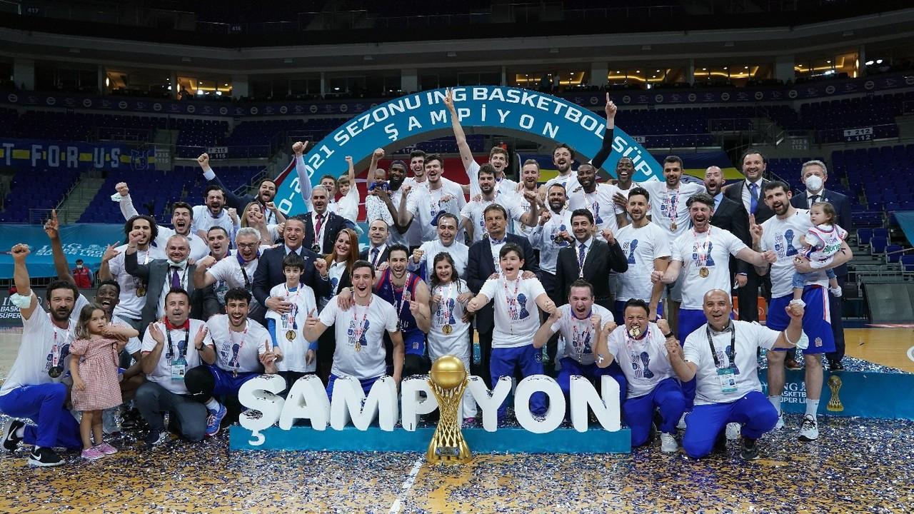 2020-2021 Basketbol Süper Ligi şampiyonu Anadolu Efes kupasını aldı
