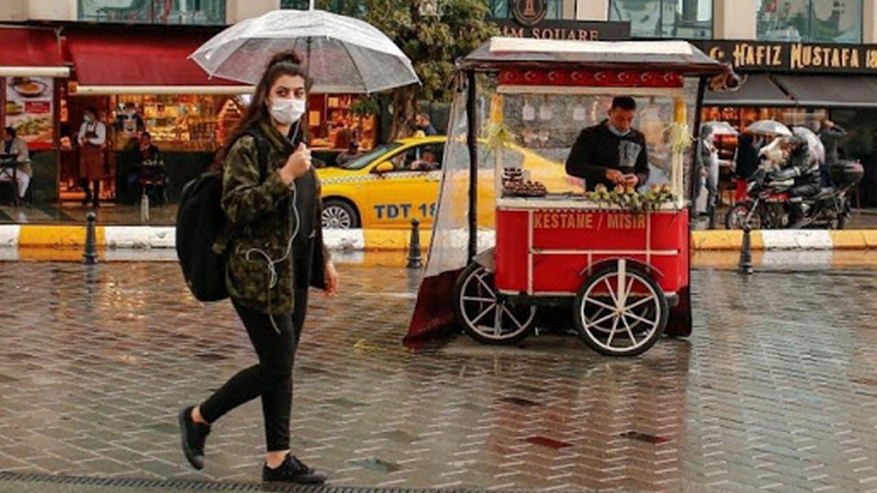 Taksim'de yağmur vatandaşlara  zor anlar yaşattı