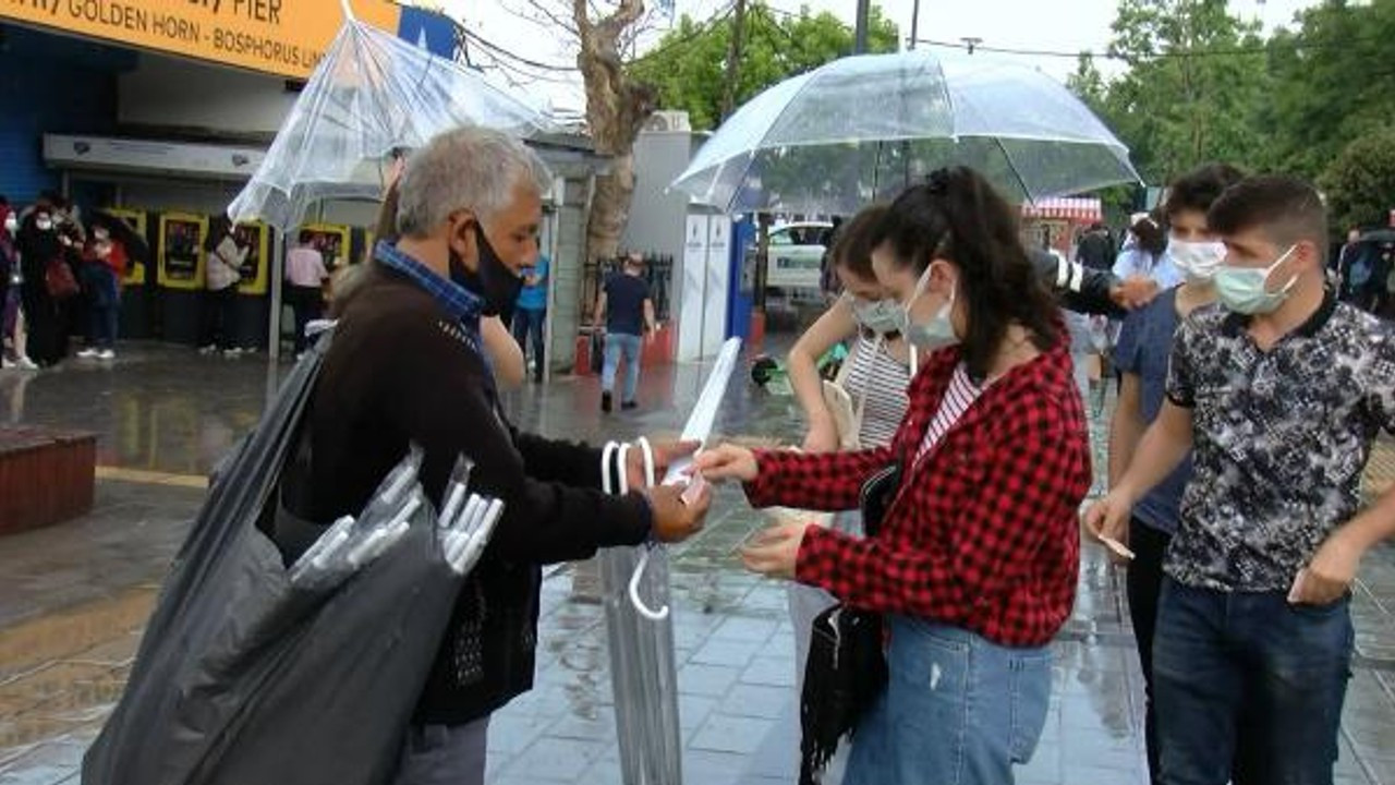 Üsküdar'da aniden başlayan yağmur zor anlar yaşattı