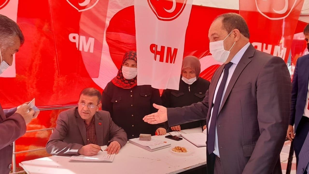 Eruzurum'da MHP standına yoğun ilgi