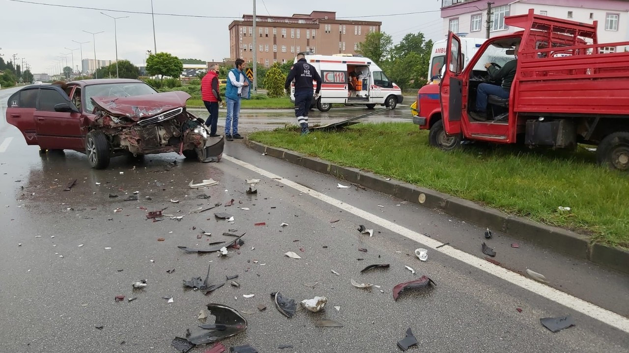 Samsun'da otomobil kamyonete çarptı: 4 yaralı