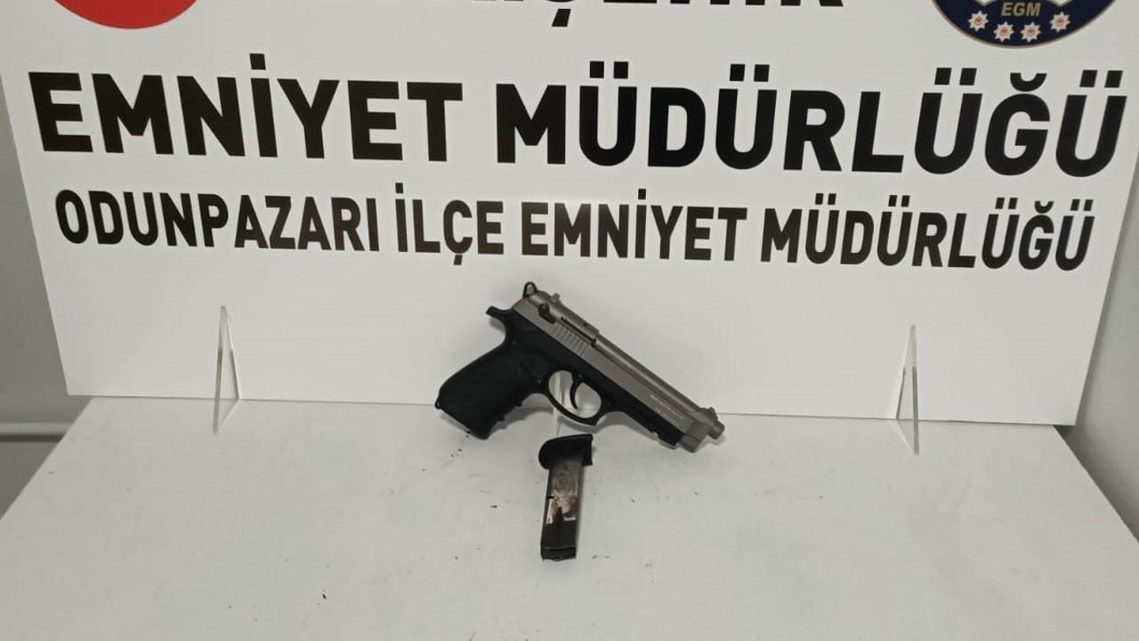 Kısıtlama saatlerinde tabanca ile yakalandı