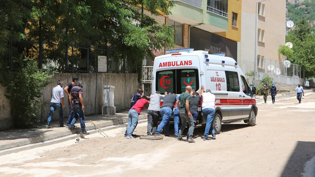 Toprağa saplanan ambulans, kamyonetle çekilerek kurtarıldı