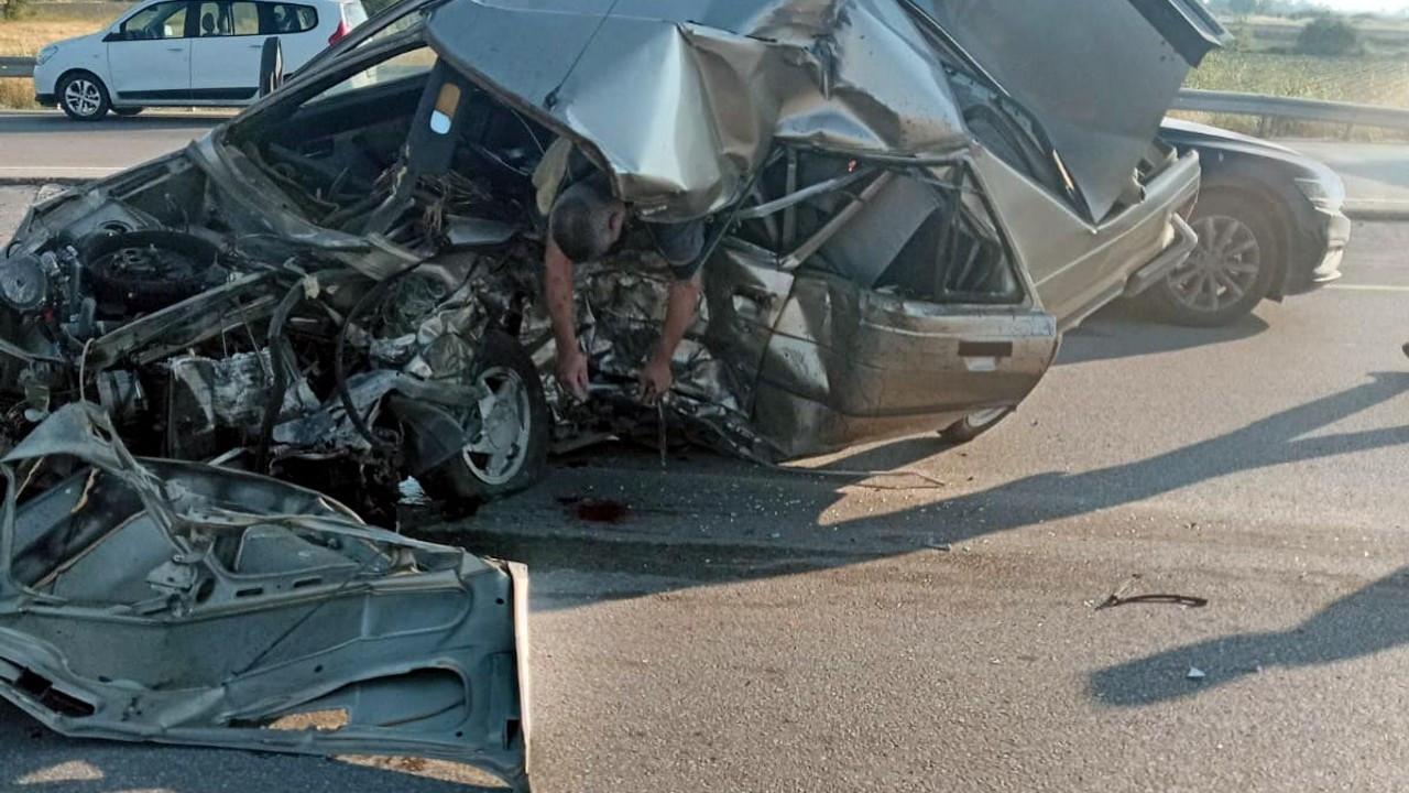 Lastiği patlayan otomobil, karşıdan gelen otomobille çarpıştı: 1 ölü, 2 yaralı