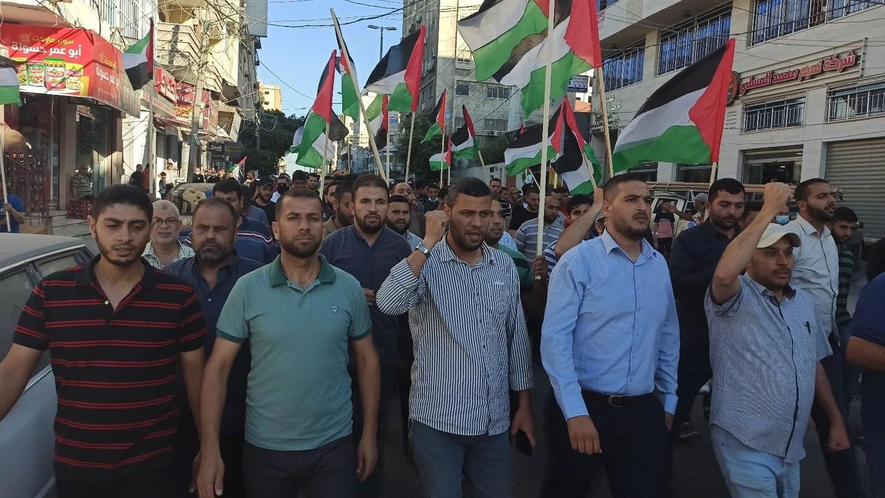 """Gazze'de binlerce kişi Kudüs'teki """"bayrak yürüyüşünü"""" protesto etti"""