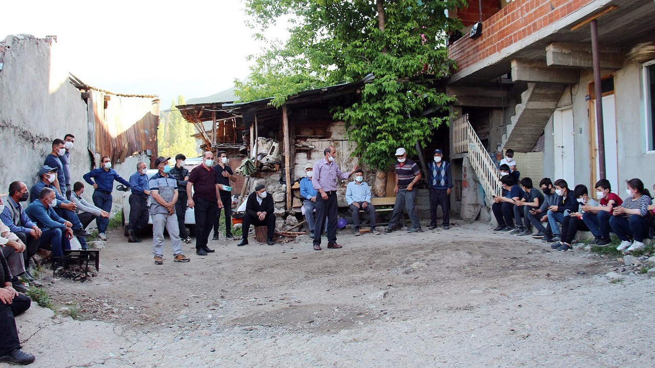 Öğrenciler ders zamanı köy muhtarının evini ablukaya alıyor