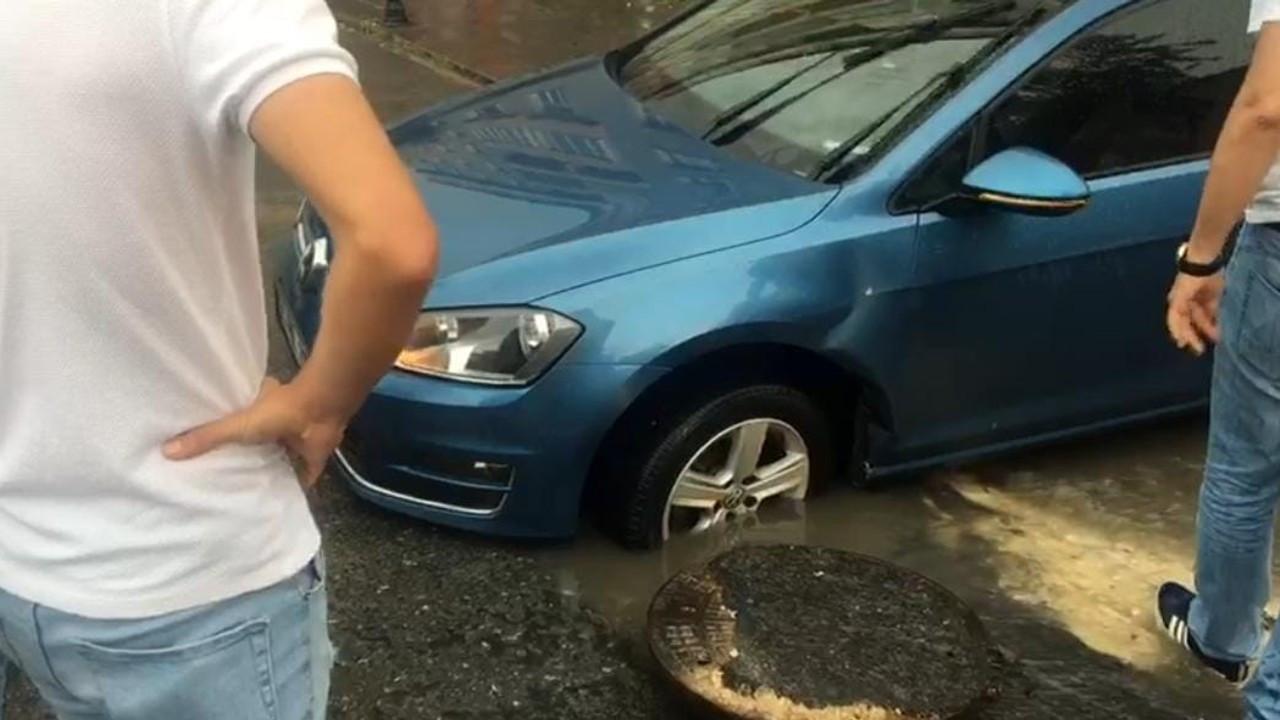 Otomobil, açık unutulan rögara düştü!