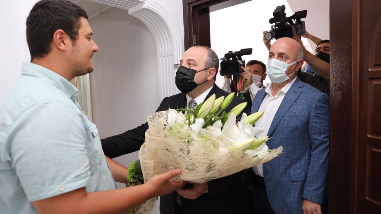 Bakan Varank, darp edilen muhabiri ziyaret etti