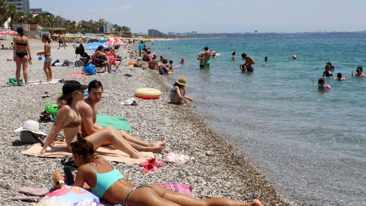 Kısıtlamalı son pazar gününde sahilde turist yoğunluğu