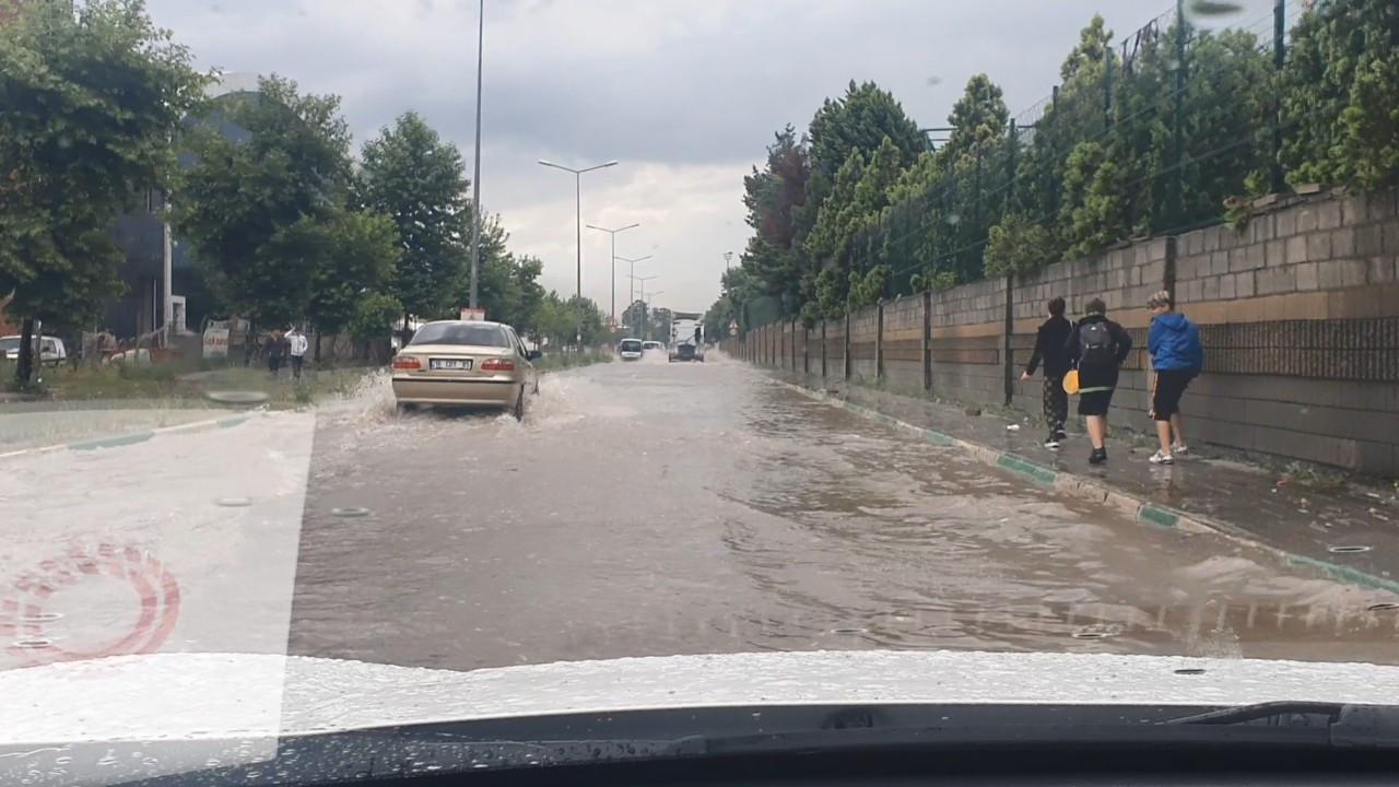 Bursa 10 dakikalık sele teslim oldu...Yollar göle döndü