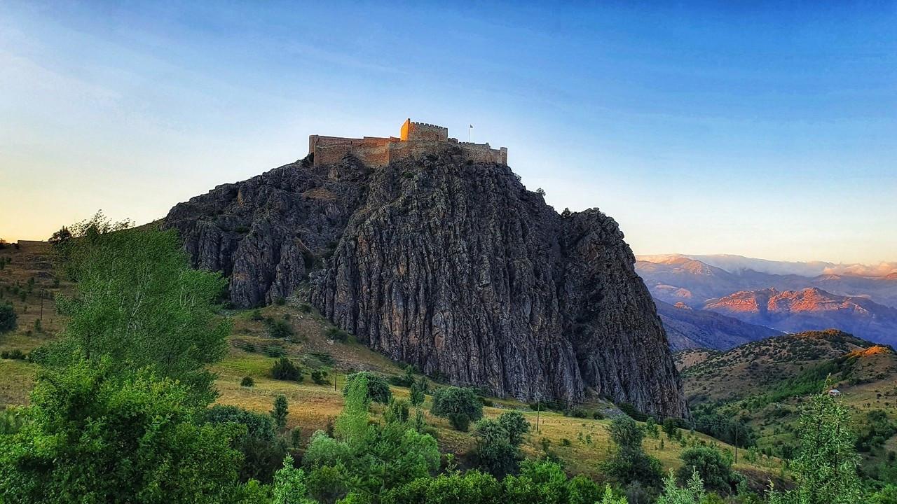 660 yıllık kalenin surlarından enfes günbatımı manzaraları
