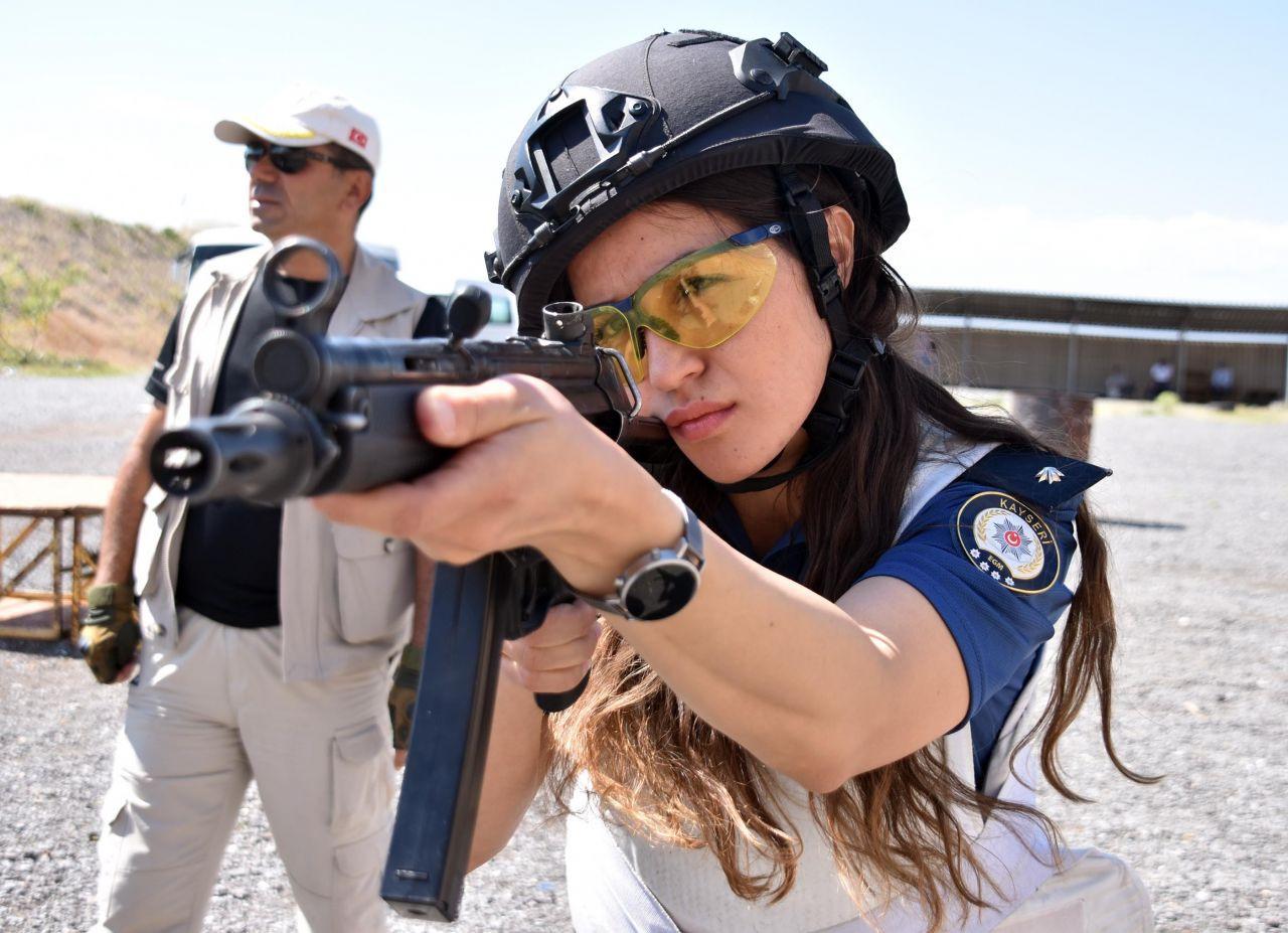 Kadın polisler attığını vuruyor! - Sayfa 2