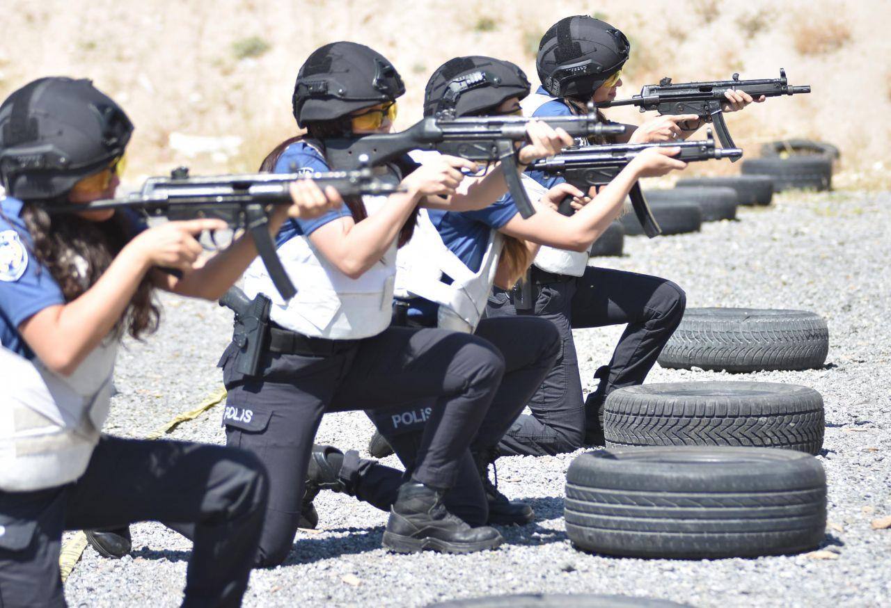 Kadın polisler attığını vuruyor! - Sayfa 4