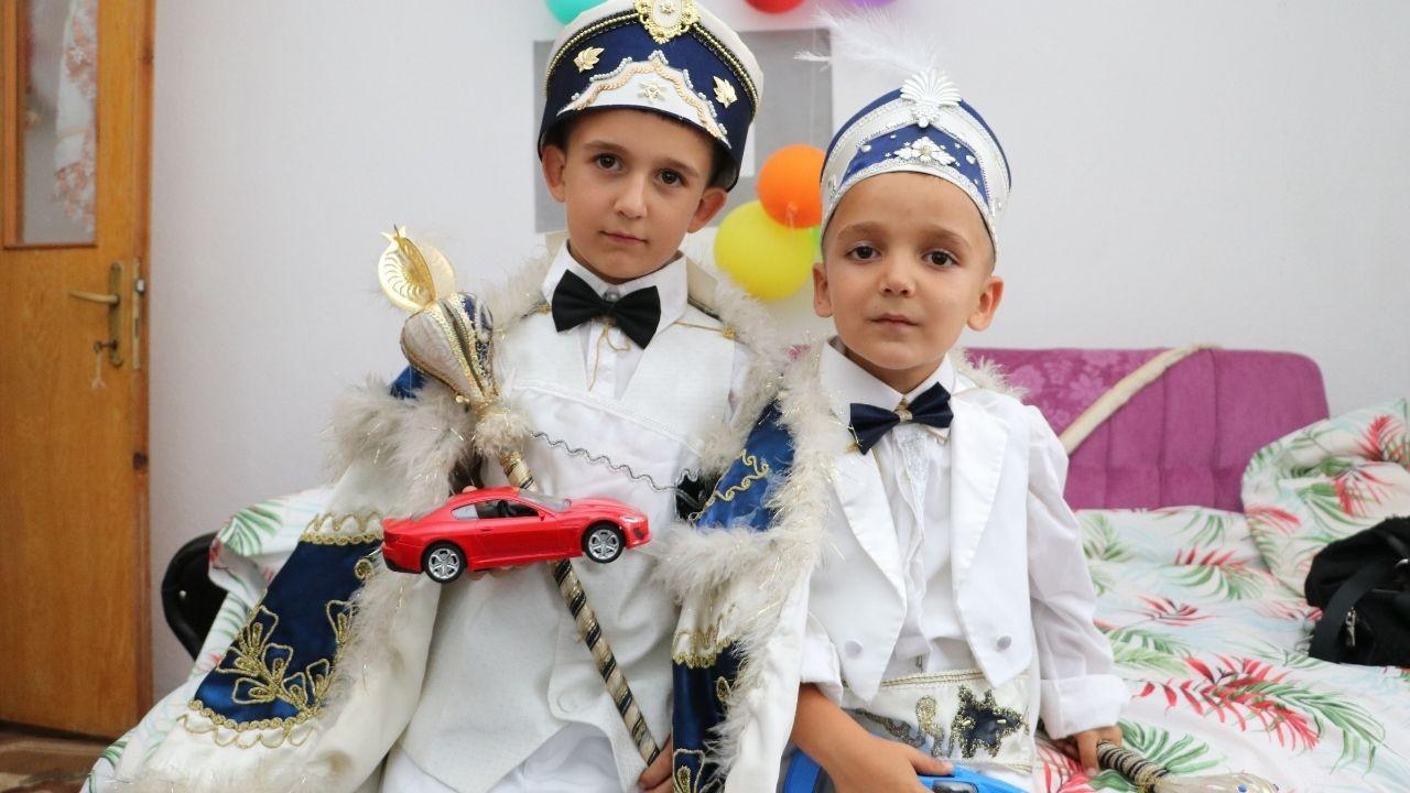 Kardeşlerin sünnet olma hayalini AK Parti gerçekleştirdi
