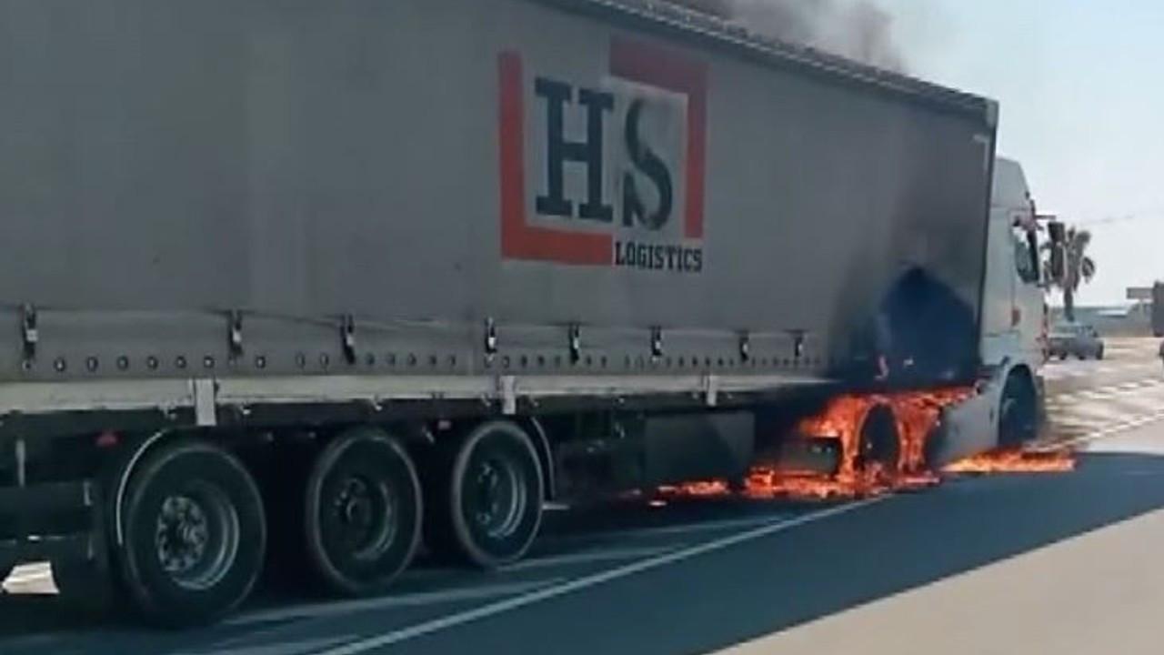 Antalya'da seyir halindeki tırın lastikleri alev aldı