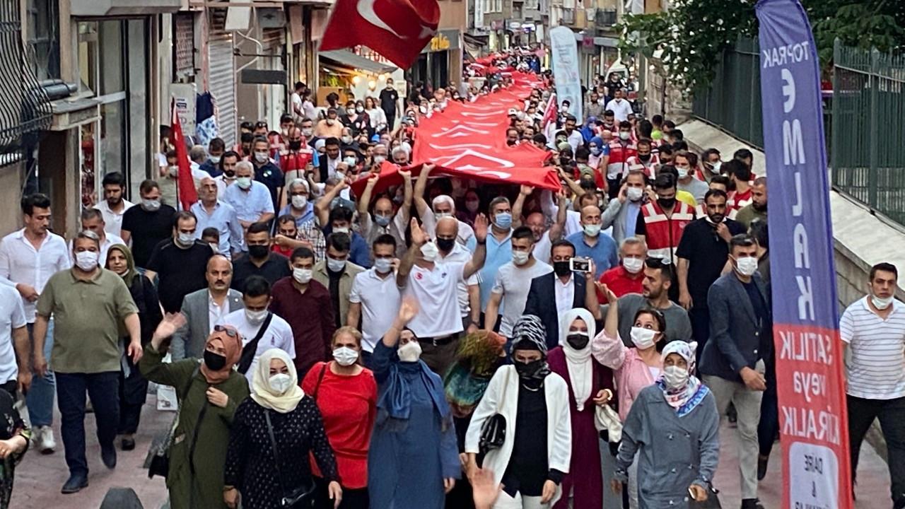 Beyoğlu'nda 250 metrelik bayrağın altında yaklaşık bin kişi yürüdü