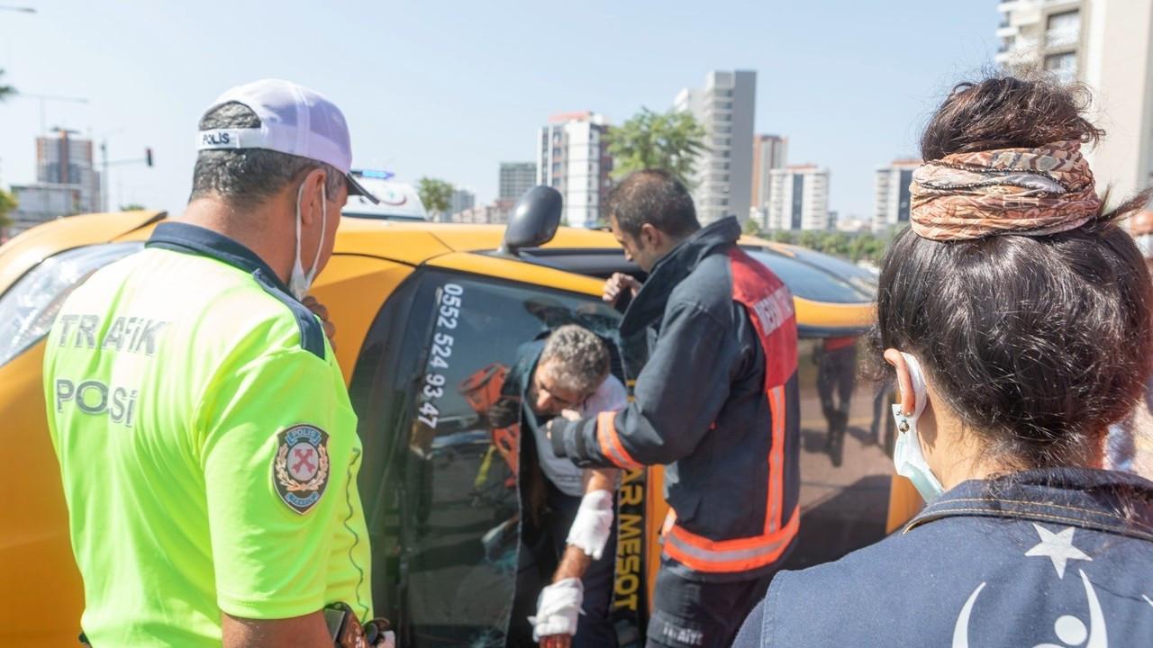 Takla atan taksinin şoförü, aracın camı kesilerek kurtarıldı