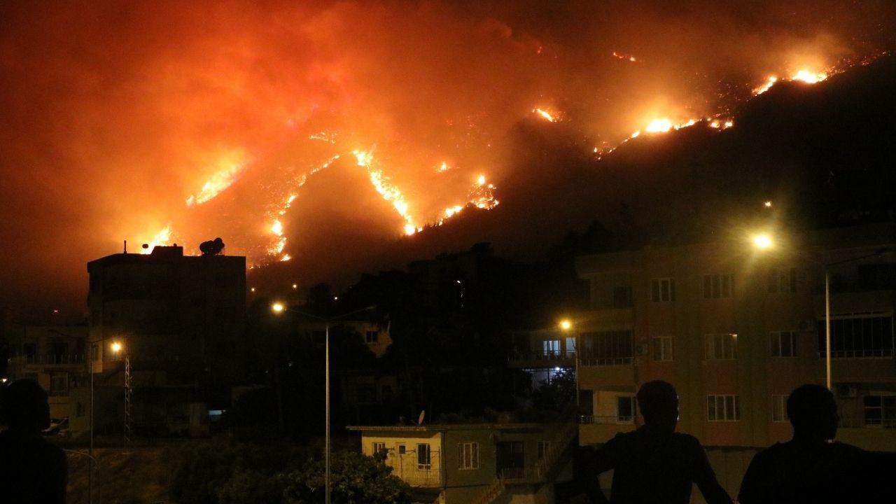 Aydıncık'taki yangın, yerleşim yerlerini tehdit etmeye başladı