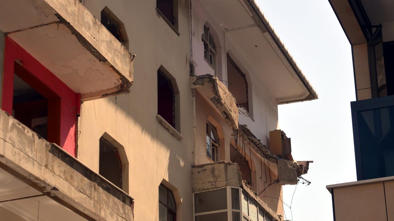 Boşaltılan binanın balkonu çöktü