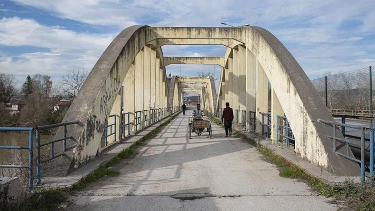 Eski Sakarya Köprüsü'nün korkulukları yenileniyor
