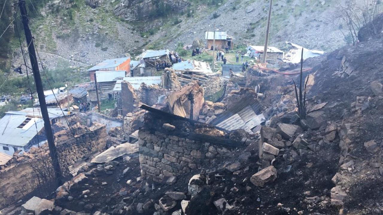 Yusufeli'nde ahşap 33 ev yandı