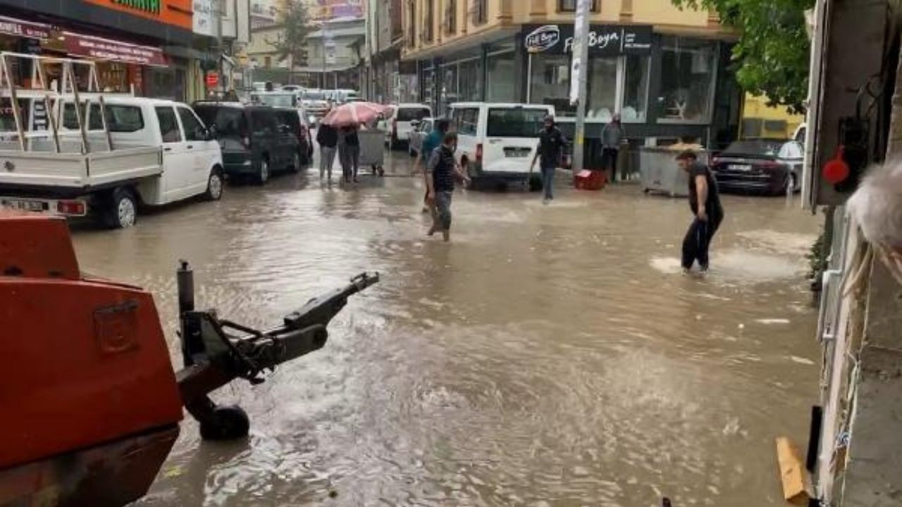 Bayburt'ta sağanak yağış hayatı felç etti