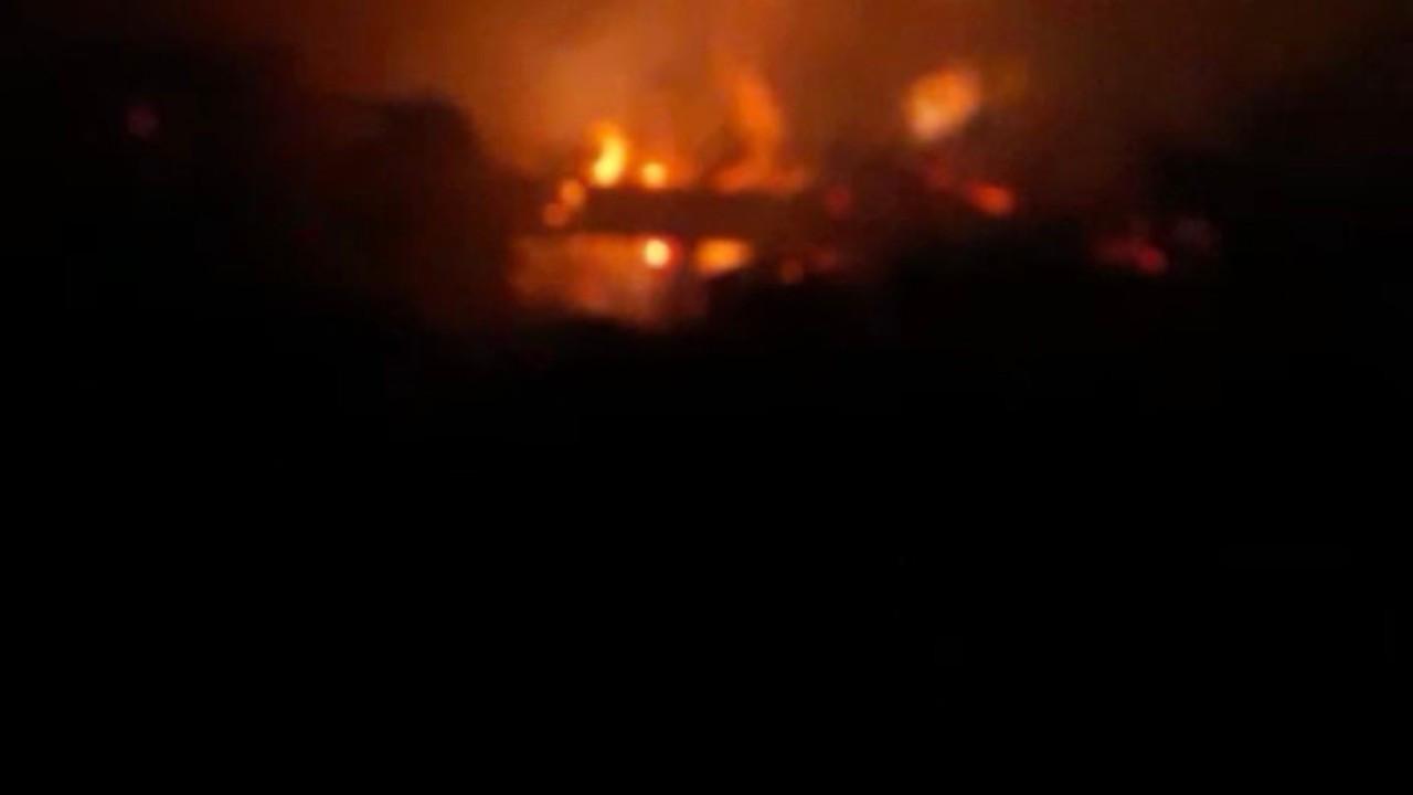 Ağrı'da tezek yığınlarında çıkan yangın paniğe neden oldu