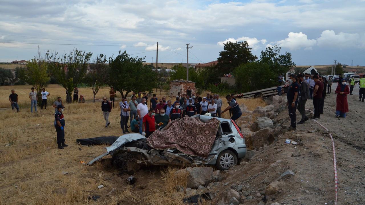 Oto çekiciyle çarpışan otomobildeki 2 kardeş öldü, 1 kişi yaralandı