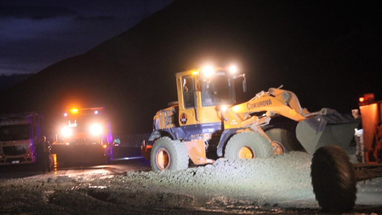 Heyelan nedeniyle kapanan Erzincan- Sivas kara yolu ulaşıma açıldı