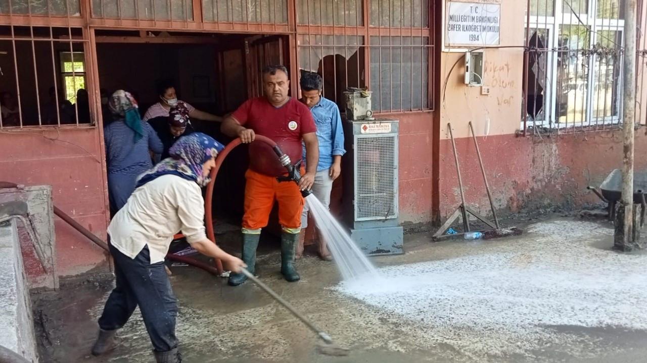 Selin vurduğu okullar eğitim-öğretime hazırlanmak için temizleniyor