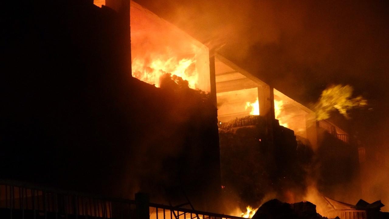 7 saattir devam eden yangında alevler geceyi aydınlatıyor
