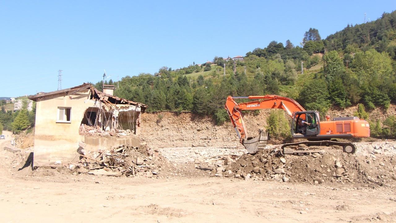 Ayancık'ta selde hasar gören 37 yıllık afet evleri yıkılıyor