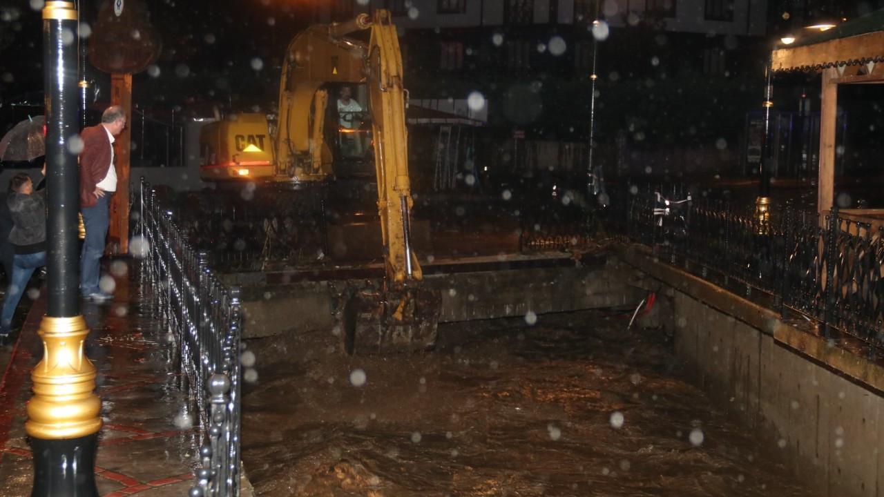 Rize'de şiddetli yağış etkili oldu! Kent merkezini su bastı