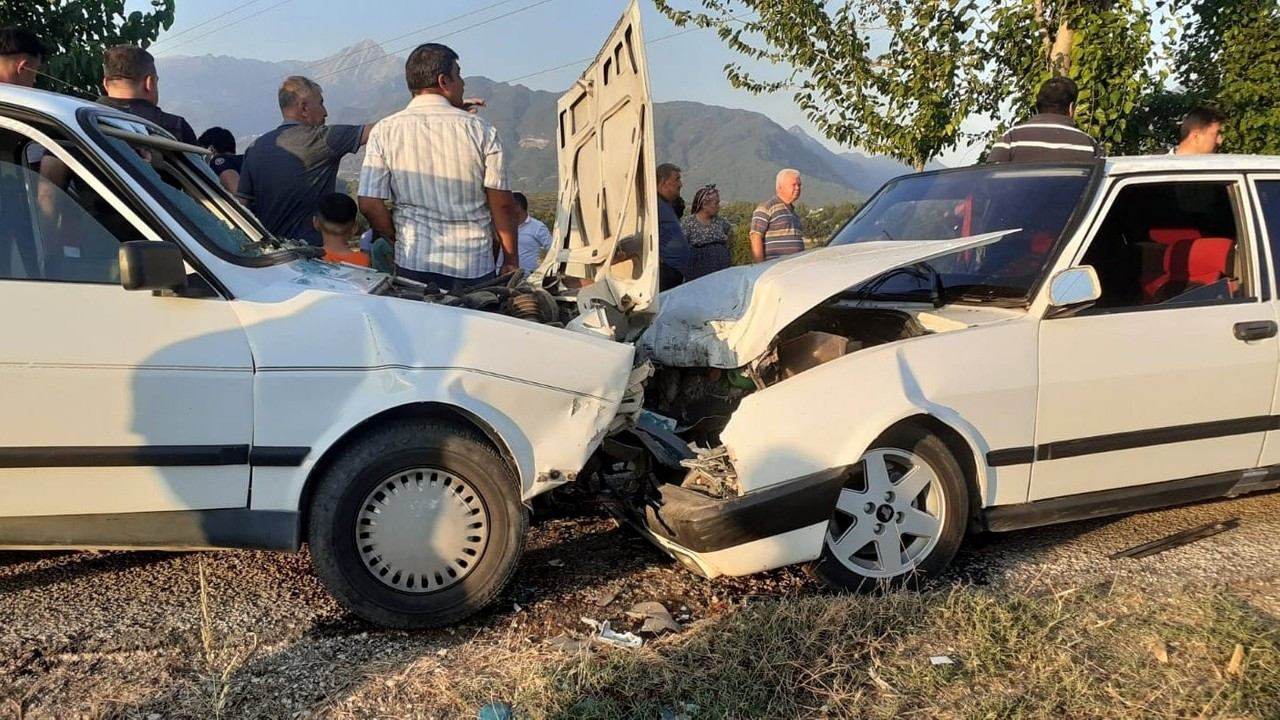 Osmaniye iki otomobil kafa kafaya çarpıştı