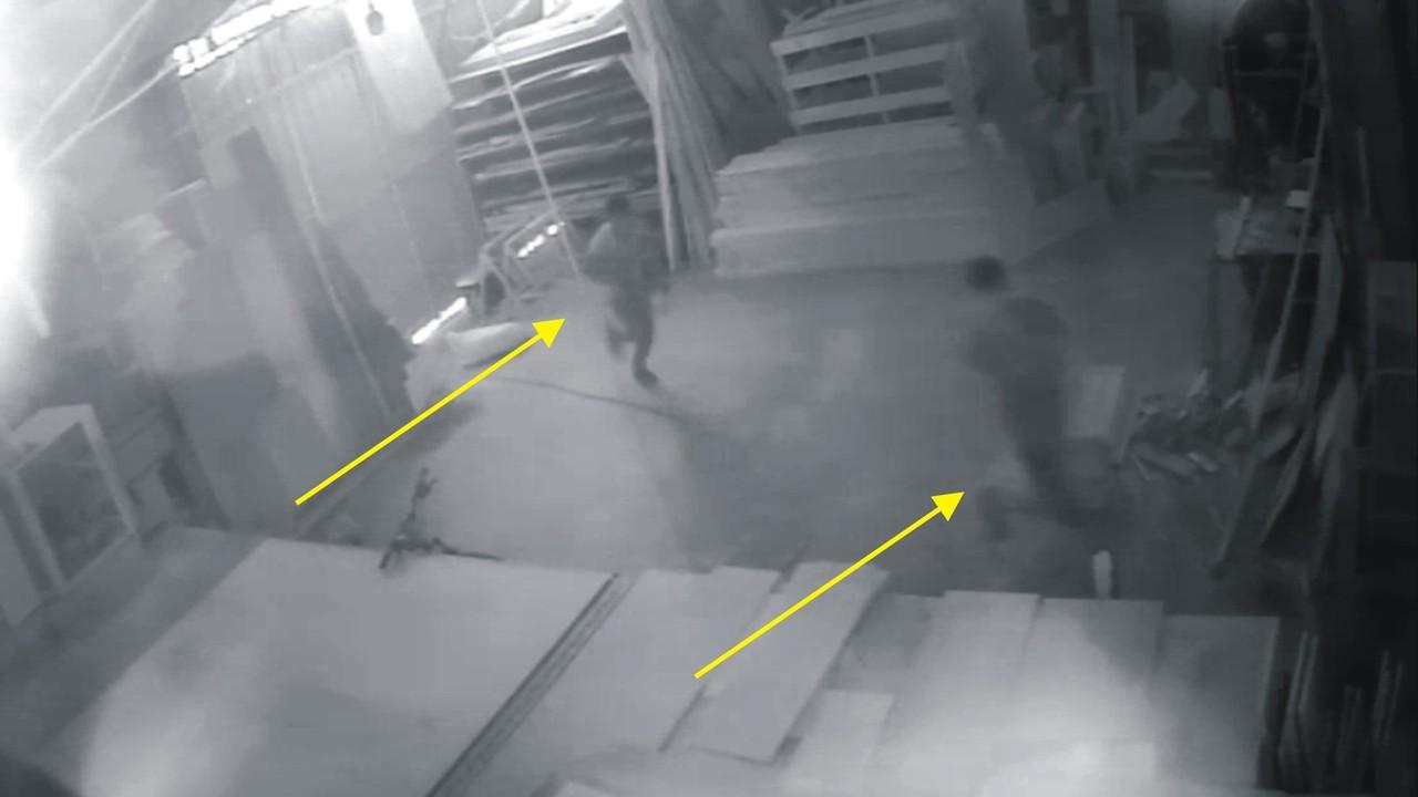 Hırsızlık için girdikleri iş yerinde fotoğraf çekip eğlenmişler