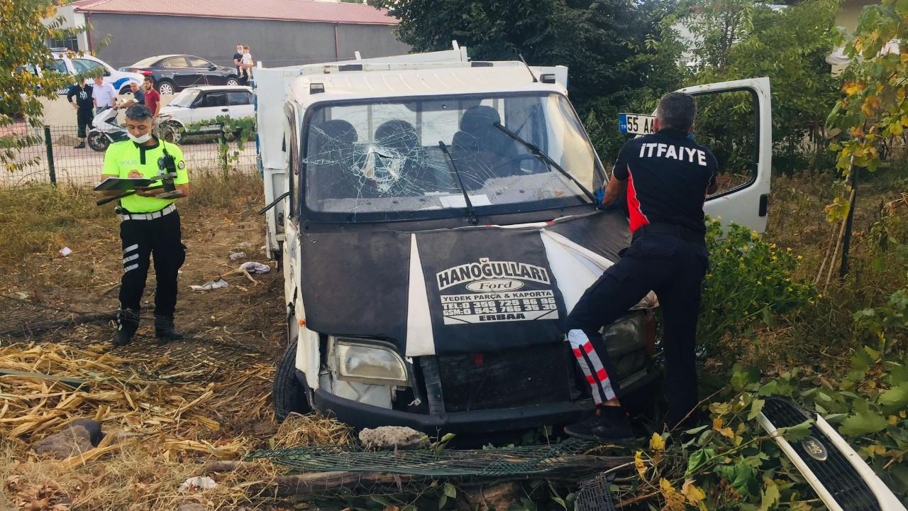 Beton direğe çarpan kamyonet bahçeye girdi: 1 ölü, 1 yaralı