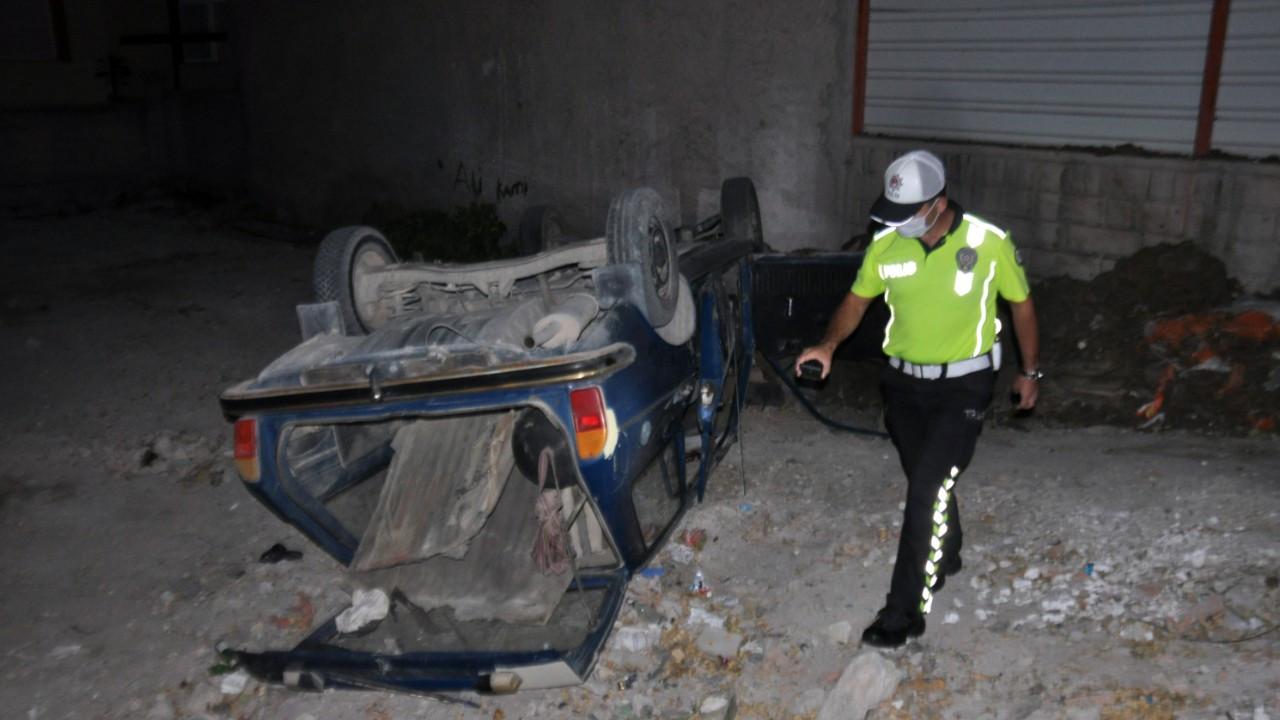 Ehliyetsiz ve alkollü sürücünün otomobili takla attı; 2 kişi kaçtı, 2 yaralı
