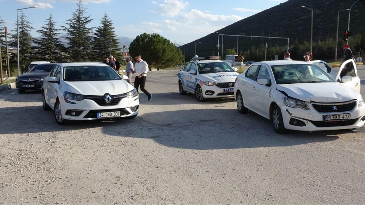 Isparta'da 4 araç birbirine girdi
