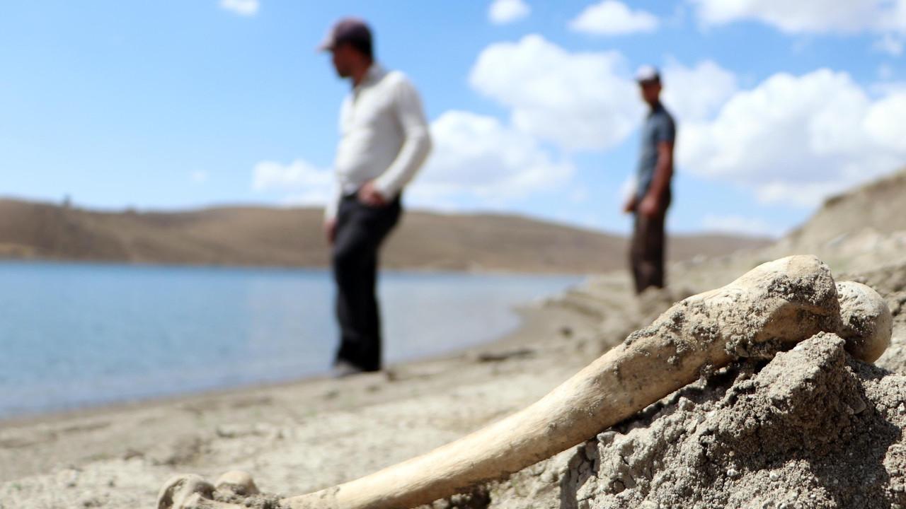 Palandöken Barajı'nın suları çekildi; mezarlar gün yüzüne çıktı