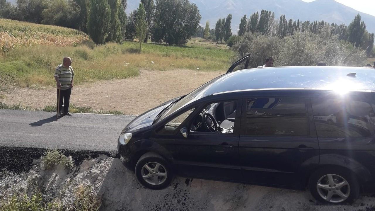 Şarampole uçan otomobildeki 3 yaralı itfaiye ekiplerince kurtarıldı