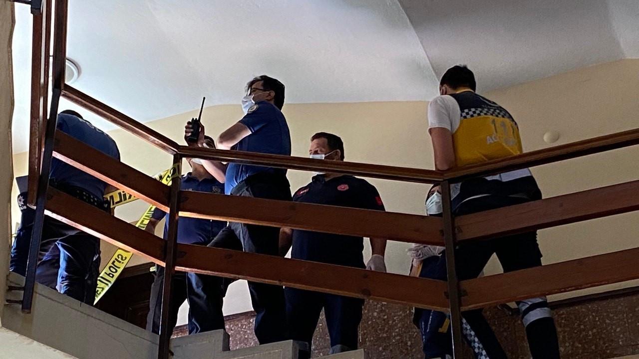 Yaşlı adam apartman merdivenlerinde ölü bulundu