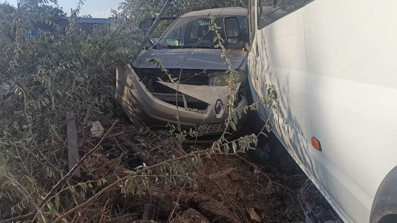 Elazığ'da 2 kişinin yaralandığı kaza anı kameraya yansıdı