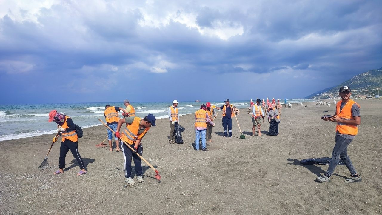 Hatay sahilinde petrol atıkları temizleniyor